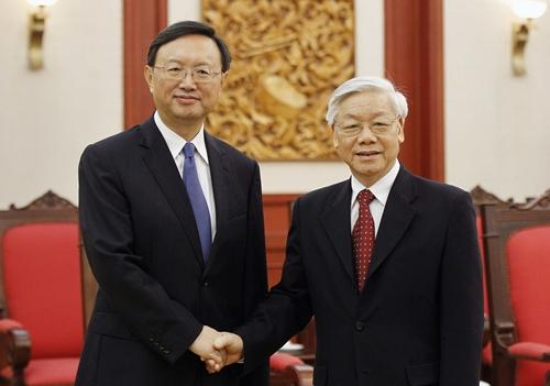 Tổng Bí thư Nguyễn Phú Trọng (phải) bắt tay Ủy viên Quốc vụ viện Trung Quốc Dương Khiết Trì. Ảnh: Reuters.