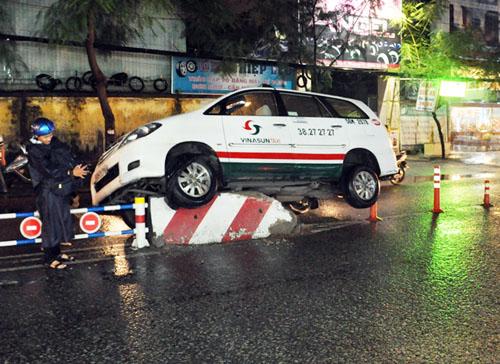 Theo tài xế, lúc xảy ra, trời mưa lớn khiến tầm nhìn bị hạn chế. Ảnh: An Nhơn