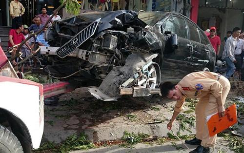 Đầu chiếc xe bị vỡ nát, tài  chế bất tỉnh và nguy kịch, được đưa đi cấp cứu ngay sau đó.Ảnh: Otofun