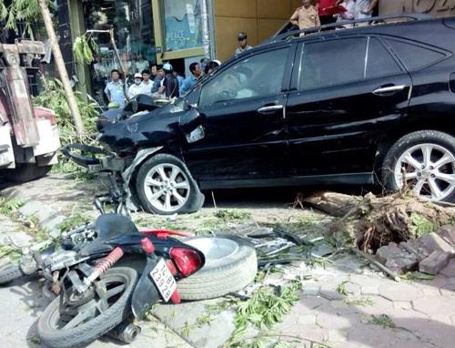 3 xe máy bị đâm phải bị hư hỏng nặng, nằm rải rác cạnh chiếc xe gây tai nạn.Ảnh: Otofun