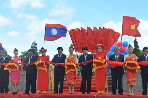 A1: Phó Thủ tướng 2 nước Việt Nam-Lào cắt băng khai trương cặp cửa khẩu quốc tế La Lay. Ảnh: Quang Hà