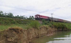 Bờ sông Lam sạt lở, đe dọa đường sắt Bắc Nam