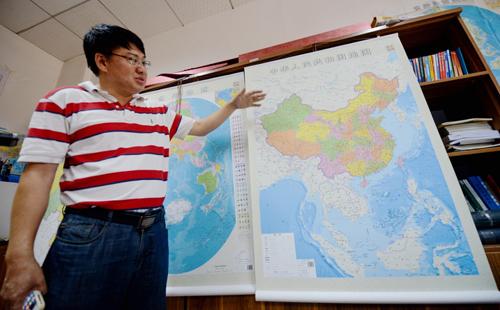Ông Lei Yixun, giám đốc nhà xuất bản bản đồ tỉnh Hồ Nam, giới thiệu bản đồ phi lývừa phát hành. Ảnh:Xinhua