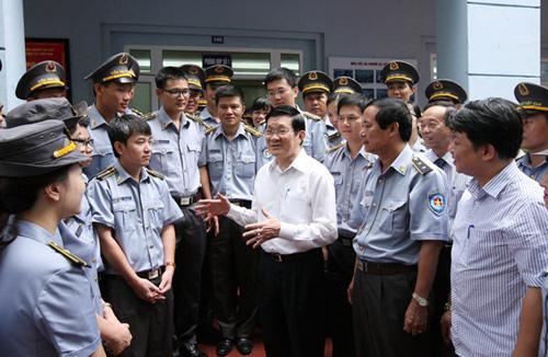 Chủ tịch nước Trương Tấn Sang thăm lực lượng kiểm ngư. Ảnh: Trọng Đức - TTXVN