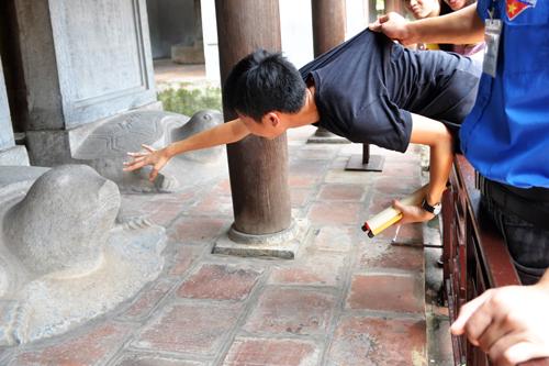Sinh viên canh sĩ tử sờ đầu rùa Văn Miếu - VnExpress
