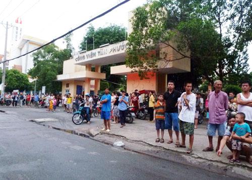 Hơn trăm người sinh sống trong chung cư tháo chạy ra ngoài công viên lánh nạn. Ảnh: Châu Thành