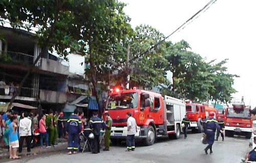 Cảnh sát chữa cháy quận 11 cùng nhiều xe cứu hỏa có mặt dập tắt đám cháy. Ảnh: Châu Thành