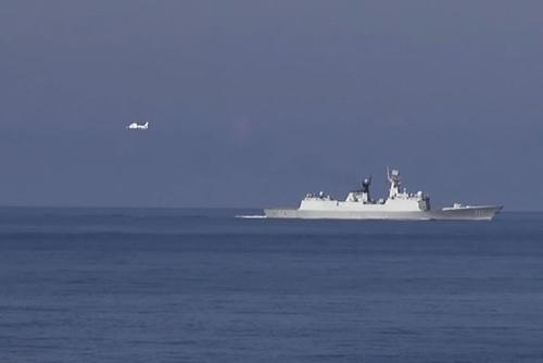 Máy bay và tàu Trung Quốc ở khu vực Hoàng Sa (Ảnh: Sơn Bách/Vietnam+)