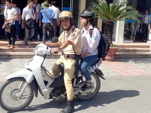 trung úy Nguyễn Đắc Đông, làm nhiệm vụ ở đê Nguyễn Khoái cũng đã gặp em Nguyễn Thị Ngọc