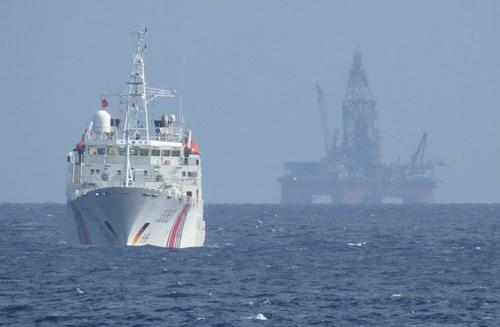 Tàu Trung Quốc bảo vệ giàn khoan Hải Dương-981 hạ đặt trái phép trong vùng đặc quyền kinh tế, thềm lục địa của Việt Nam. (Ảnh: TTXVN)