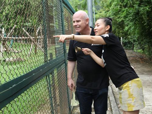 Thu minh rung chuông gọi gấu ra khu vườn bán tự nhiên. Ảnh doTổ chức Động vật châu Á
