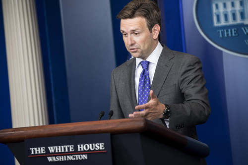 Phát ngôn viên Nhà Trắng Josh Earnest. Ảnh: AFP.