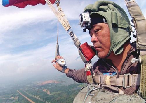 Ảnh 1: Giây phút Trung tá Đặng Thành Chung sống cùng đam mê nhảy dù.