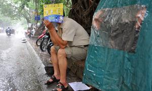 Phụ huynh đội mưa chờ con thi