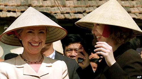 Cựu đệ nhất phu nhân Mỹ Hillary Clinton và con gái Chelsea đội nón lá truyền thống của Việt Nam trong chuyến thăm vào năm 2000 - Ảnh: Reuters