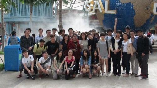 Nhóm học sinh Hoàn Cầu Việt đang học tại singapore.