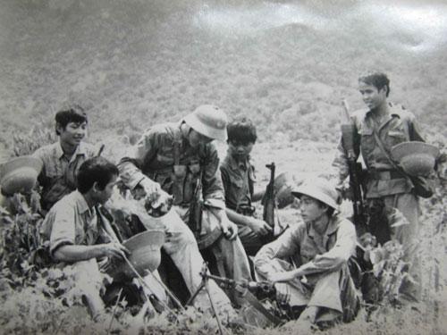 Phút nghỉ ngơi hiếm hoi sau trận chiến tại mặt trận Vị Xuyên tháng 7-1984. Ảnh: MINH ĐIỀN