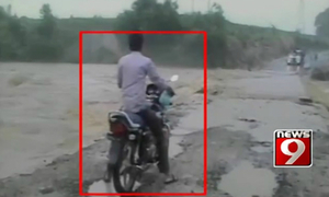 Nam thanh niên liều đi xe máy bị nước lũ cuốn trôi