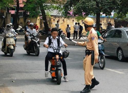 Nhiều bạn trẻ lưu thông bằng xe đạp điện không tuân thủ các quy định an toàn giao thông. Ảnh minh họa.
