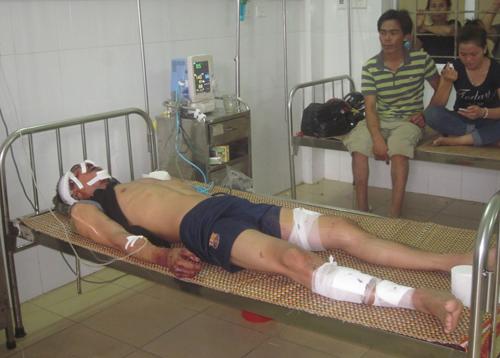Chú thích hình ảnh: Nạn nhân Mai Văn Châu đang bất tỉnh, hiện điều trị ở khoa Chấn thương Bệnh viện đa khoa Hà Tĩnh.