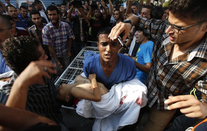 """<p class=""""Normal""""> Vụ nã pháo vào trại tị nạn gần bờ biển ở Gaza hôm qua làm 8 trẻ em thiệt mạng. Khi pháo kích xảy ra, các em nhỏ đang chơi trên đường còn bố mẹ đang đi dự Eid al-Fitr kết thúc tháng Ramadan, ngày lễ lớn của người theo đạo Hồi. Ảnh: <em>Reuters</em></p>"""