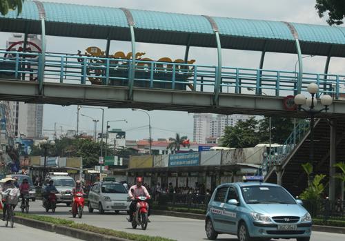 Ảnh 3: Cầu đi bộ trước cửa trường ĐH GTVT sẽ bị tháo dỡ để thi công nhà ga số 8 (ảnh Minh Minh)