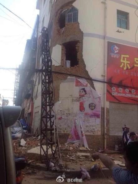 mảng tường lớn rơi khỏi tòa nhà sau trận động đất mạnh 6,5 độ richter xảy ra vào 4h30 chiều nay tại quận Lỗ Điện, Vân Nam, Trung Quốc