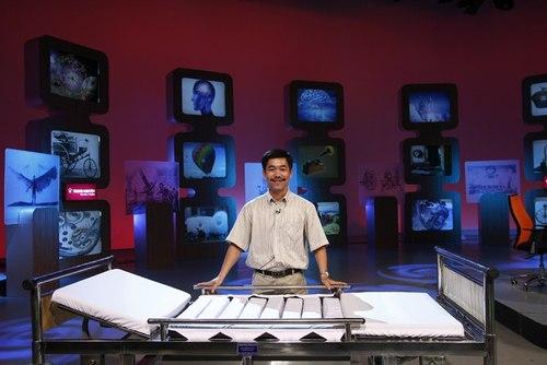 """Nguyễn Long Uy Bảo, 43 tuổi, sống ở quận 9, TP HCM vừa giành giải cao nhất trong chương trình Nhà sáng chế do Đài truyền hình Việt Nam tổ chức, với sản phẩm là """"Giường chống hoại tử cho người bất động"""" được ông nghiên cứu trong gần chục năm."""