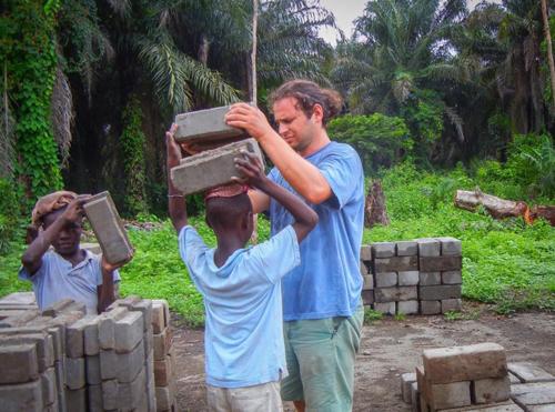 [Caption]Eric Silverman từng có 4 tháng hoạt động nhân đạo ởSierra Leone. Ảnh: NYDaily News