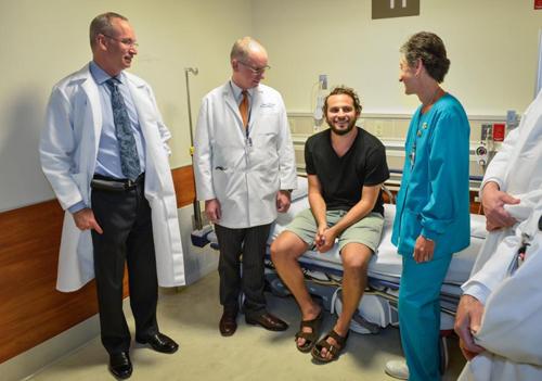 Silverman và các bác sĩ, y tá ở bệnh việnMount Sinai.Ảnh:NYDaily News
