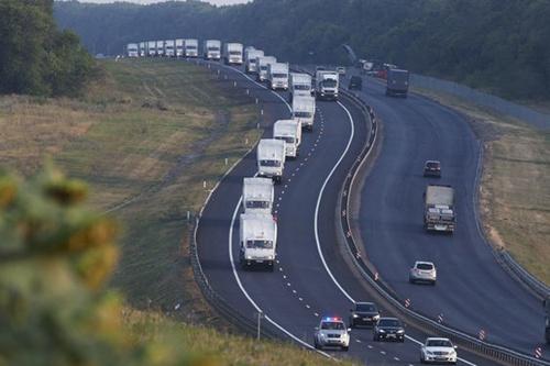 280 xe tải được cho là chở hàng viện trợ của Nga đang trên đường tới biên giới với Ukraine.Ảnh: