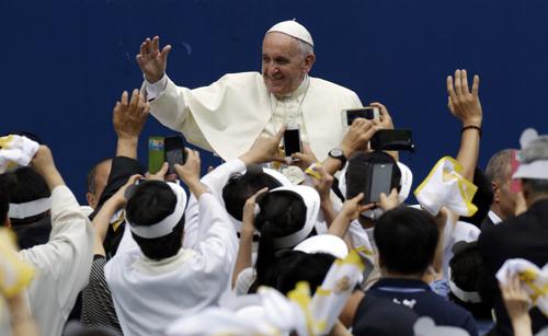 Giáo hoàng Francis được chào đón nồng nhiệt tại sân vận động thành phốDaejeon, Hàn Quốchôm qua. Ảnh: Reuters