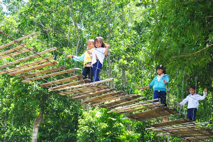 Cầu treo rợn người ở vùng cao Quảng Ngãi