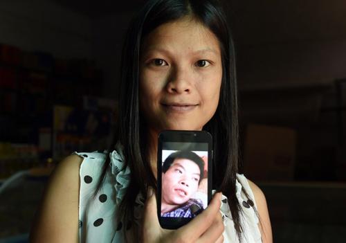 Vu Thi Hong Thuy, một cô dâu Việt Nam, khoe ảnh người chồng Trung Quốc của mình. Ảnh: AFP