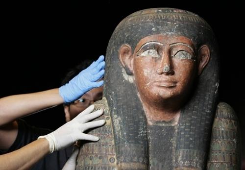Các nhà bảo tồn xác ướp đang kiểm tra một chiếc quan tài chứa xác ướp vị vua Nekhet-ISET-aru. Ảnh:REUTERS/Vivek Prakash