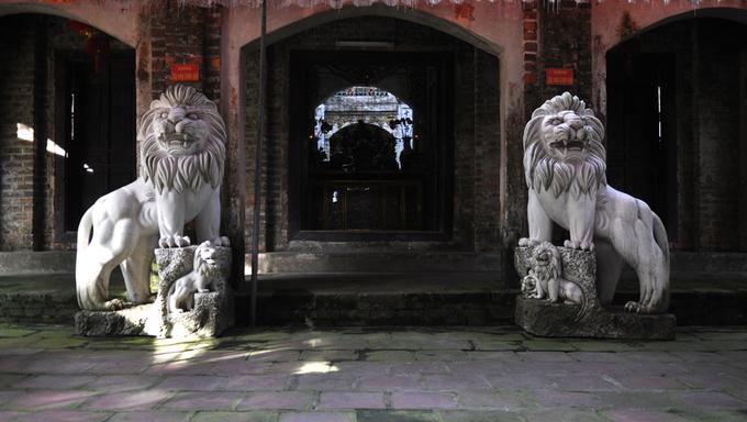 Linh vật ngoại lai án ngữ đền chùa Hà Nội