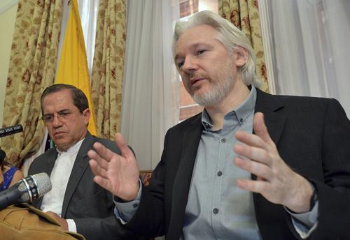Julian Assange (phải) trong cuộc họp báo vớiNgoại trưởng Ecuador Ricardo Patino hôm qua. Ảnh: Reuters