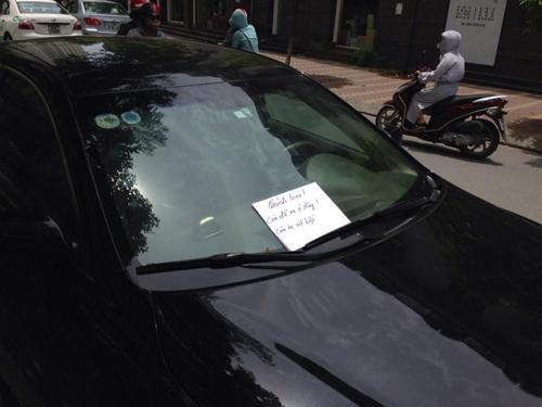Đỗ sai quy định, chủ nhân chiếc xe bị xịt lốp