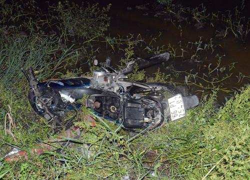 Xe máy của nạn nhân bị húc bay xuống ruộng. Ảnh: An Nhơn