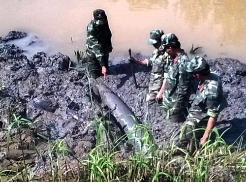 Lực lượng công binh trục vớt quả dưới kênh. Ảnh: An Nhơn