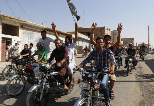 Người dân thành phốTabqa ăn mừng sau khi căn cứ không quân Tabqa rơi vào tay phiến quân IS. Ảnh: Reuters
