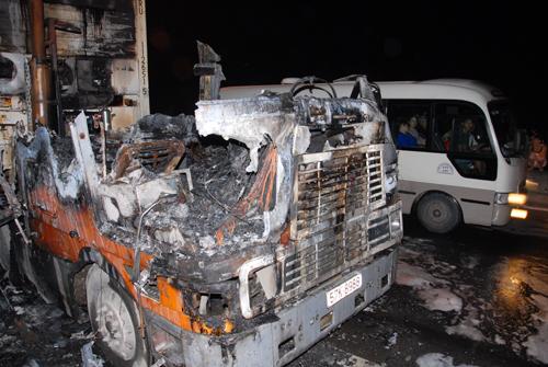 Đầu xe container bị cháy rụi. Ảnh: An Nhơn