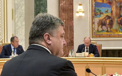 Tổng thống Nga Vladimir Putin (phải), Ngoại trưởng Nga Sergei Lavrov cùng Tổng thống Ukraine Petro Poroshenko trong cuộc gặp cấp cao với đại diện các nước Belarus, Kazakhstan