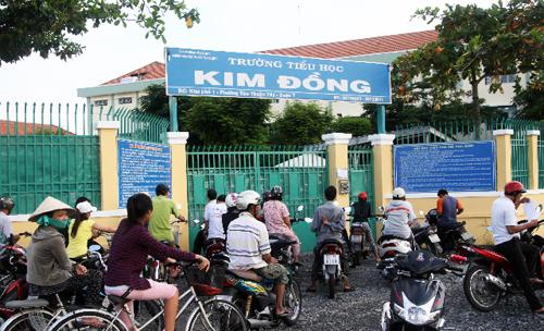 Người đàn bà vào trường tiểu học Kim Đồng dụ dỗ hai học sinh chở đi trấn lột nữ trang. Ảnh: An Nhơn