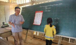 Ảnh GS Ngô Bảo Châu đi dép tổ ong dạy học lay động cộng đồng