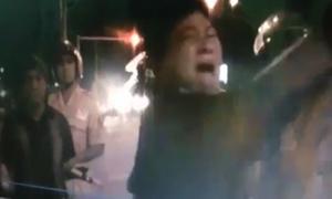 Người phụ nữ đấm vào mặt cảnh sát giao thông vì bị phạt