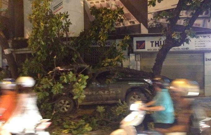 Xe Prado húc bay dải phân cách, đâm đổ cây