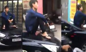 Nam thanh niên ngồi mui xế hộp đi trên phố Hà Nội
