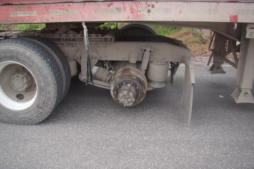 Hình 1: Chiếc trục của xe container bị rơi bánh. Ảnh: T.L