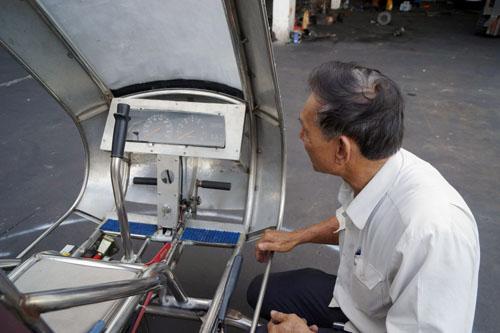 Bản điều khiển thông bay đơn giản. Theo ông Hiển máy bay chỉ hoạt động vào bay ngày, không thể hoạt động vào ban đêm do còn thiếu nhiều thiết bị cần thiết.